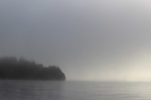 霧に覆われた早朝の然別湖